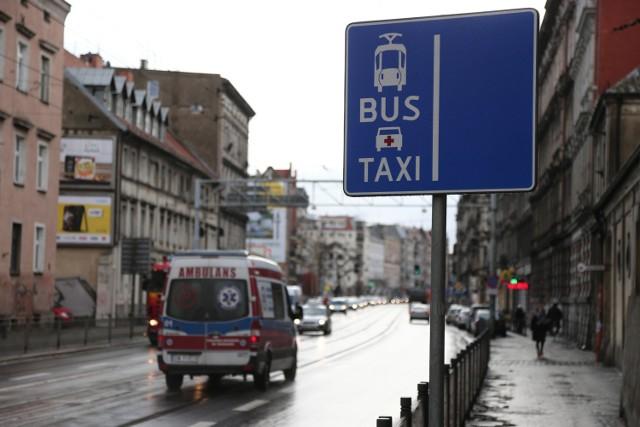 Karetki pogotowia jadące do drobniejszych wezwań bez włączonych sygnałów mogą już korzystać we Wrocławiu z buspasów dla komunikacji miejskiej