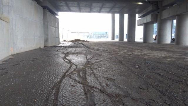 Przez ponad tydzień nie udało się oczyścić z błota chodnika niedaleko wschodniego wyjścia z dworca Fabrycznego.