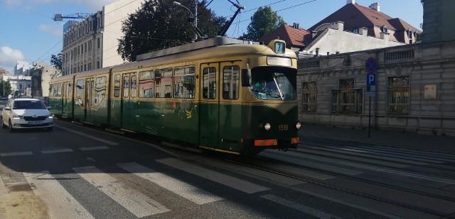 """Pomalowany na zielono 'helmut"""" jest jedynym takim wagonem w Łodzi"""