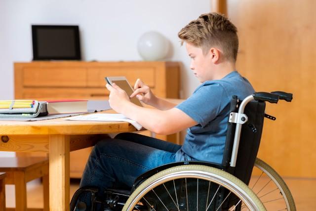 Pierwsza grupa mogąca obecnie liczyć na wsparcie ze strony państwa to rodzice niepełnosprawnych dzieci, uprawnieni do świadczenia pielęgnacyjnego w wysokości 1.971 zł netto (od 1 stycznia 2021 r.).