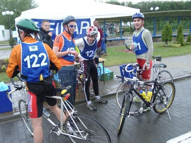 """Rowerzyści, którzy wzięli udział w pierwszej edycji supermaratonu """"Gryfland 2004"""", uważają że budowa ścieżek w powiecie, to świetny pomysł i szansa na rozwój regionu."""