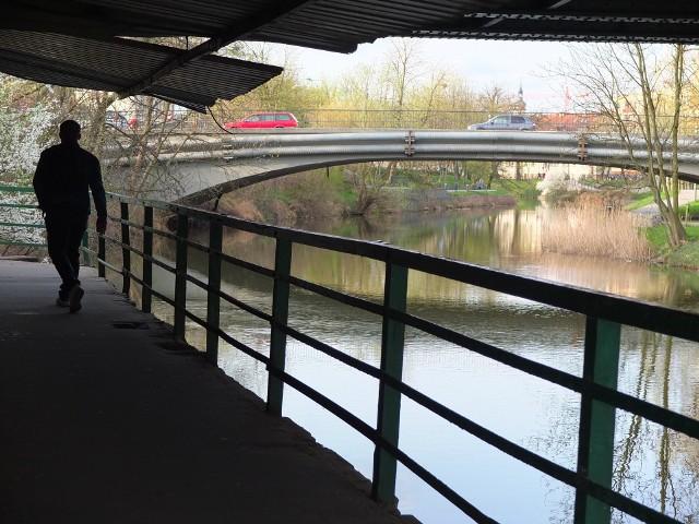 Kładka pod mostem kolejowym na Młynówce.