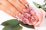 Wiosenne trendy w manicure 2021. Królują kolory, kwiaty i wzory! Zobacz, jak ozdobić swoje paznokcie!