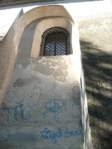 Antysemicki napis na elewacji synagogi w Łęcznej