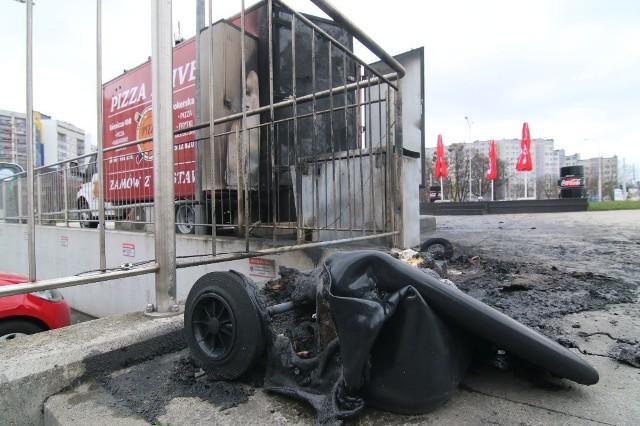Niedopałek, wrzucony do kubła na śmieci, spowodował pożar, od którego mógł spłonąć cały samochód z wyposażenie.