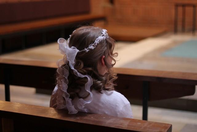 Około 100 osób zostało objętych kwarantanną po mszy dla dzieci pierwszokomunijnych w kościele Św. Trójcy w Cielądzu w powiecie rawskim. Osoba biorąca w udział była zakażona koronawirusem SARS-CoV-2. To kolejna uroczystość religijna w regionie po której nałożono kwarantannę.CZYTAJ DALEJ NA NASTĘPNYM SLAJDZIE