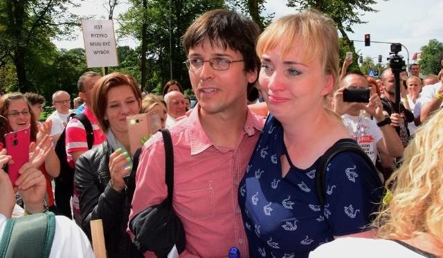 Ci rodzice w sierpniu wygrali w Inowrocławiu. Sąd uznał, że były przeciwskazania, by szczepić ich córkę. Przed sądem zebrali się wtedy inni rodzice, którzy też są przeciw szczepionkom. Przeszli z transparentami przez miasto w geście poparcia. Były tam też rodziny z Białegostoku.