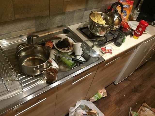 Porozrzucane jedzenie i śmieci, zalane alkoholem łóżka, pobrudzone ściany czy podziurawiona podłoga. Tak wyglądał jeden z apartamentów w Kościelisku po tym jak wyjechali z niego turyści z Warszawy. Właściciel obiektu zdjęcia zniszczonego obiektu opublikował w internecie. Chwilę później w sieci rozpoczęła się spora awantura. Zobacz więcej zdjęć na kolejnych slajdach