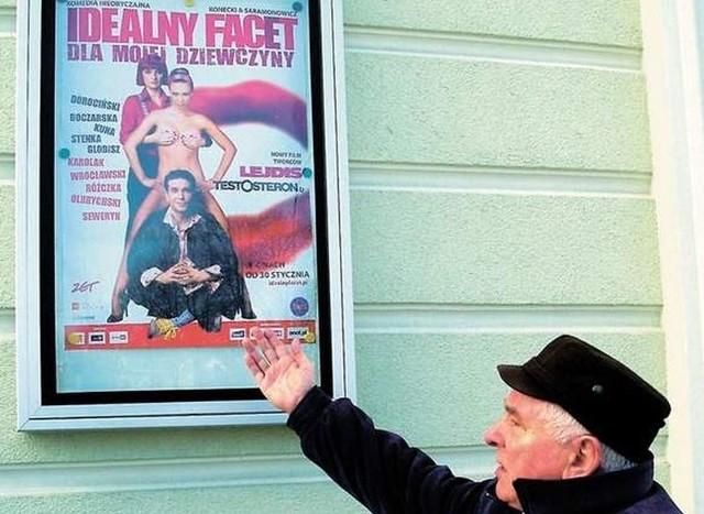 Stanisław Hatłas pokazuje plakat, który według niego jest obrazoburczy.