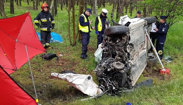 Tragiczny wypadek w Niedźwiedziu (pow. ostrzeszowski). Na drodze krajowej nr 11 w wyniku zderzenia dwóch aut zginęła jedna osoba. Droga jest zablokowana. Zobacz więcej zdjęć ---->