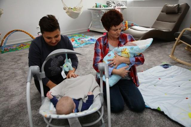 """Jasia i Franka dzielą trzy miesiące. Pierwszy do """"Tuli Luli"""" przyjechał Jasio, który jest ulubieńcem opiekunek. Każde dziecko w ośrodku może być od trzeciej doby do pierwszych urodzin. W tym czasie musi zapaść decyzja: powrót do rodziny, albo adopcja."""