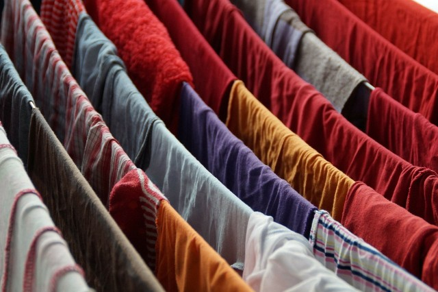 Suszenie prania w domu może wpływać na pogorszenie się zdrowia osób, które w nim mieszkają.