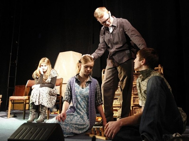 Białostoccy licealiści przygotowali spektakl o tragicznych losach ludności żydowskiej podczas wojny.  W tej scenie wystąpili: Ania Malinowska, Patryk Stelwach, Karolina Modzelewska i Krzysztof Obłocki.