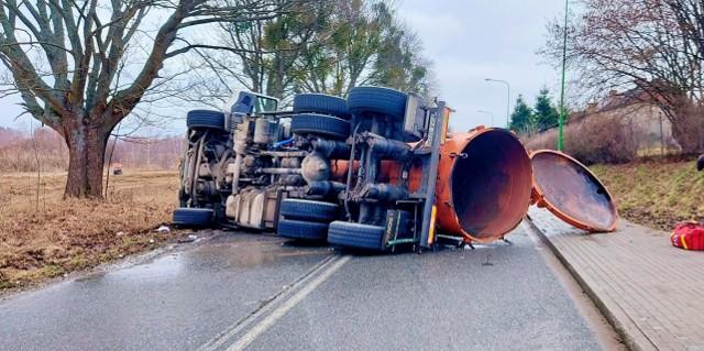 Wypadek szambiarki na trasie Lublewo - Bielkówko.