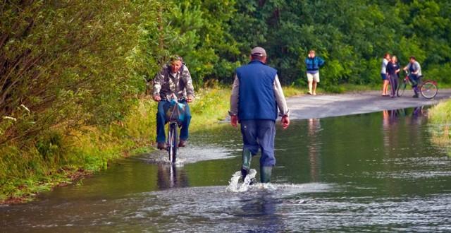 Tak wyglądały latem 2011 okolice Kożuchowa. Mała rzeczka zamieniła się w rwący potok, a naporu wody nie wytrzymał wał.