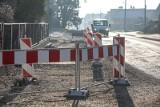 Kraków. Przerwana przebudowa ulicy Łokietka. Czekają na nowy projekt i rury [ZDJĘCIA]