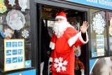 Zamiast sań... autobus. Tak podróżował Mikołaj w Zielonej Górze. I rozdawał prezenty