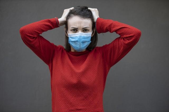 Według najnowszych badań na brytyjskich pacjentach, którzy przechorowali COVID-19, kobiety częściej doświadczają długoterminowych skutków choroby.