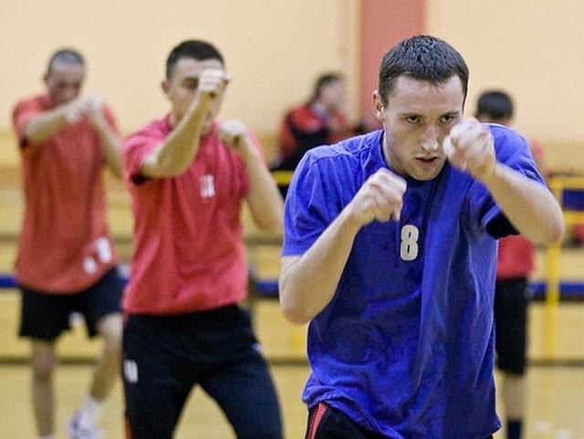 Niecodzienny trening mieli w czwartek piłkarze słupskiego Gryfa. W hali przy ulicy Szymanowskiego w Słupsku spróbowali swych sił w boksie tajskim (Muay Thai).