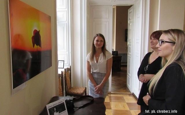 Karolina Szostak (na zdjęciu pierwsza po lewej) z Chrobrza zaprezentowała swoje urzekające fotografie w Pałacu Wielopolskich w Chrobrzu. Ekspozycję można podziwiać do września.