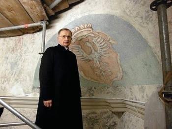 Ks. prałat Jerzy Gredka pokazuje zabytkowe freski