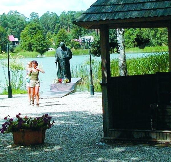 W Studzienicznej, w miejscu, gdzie papież zszedł na brzeg stoi pomnik.  A w drewnianej altanie znajduje się studnia z uzdrawiającą wodą.