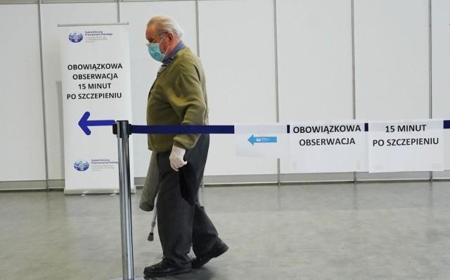 Proces szczepienia seniorów w poznańskich DPS-ach przebiega sprawnie, choć wciąż jest w trakcie realizacji. Według danych z 12 marca, w poznańskich placówkach przebywa obecnie 602 seniorów, z czego 345 zostało już zaszczepionych.