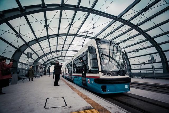 Oto jedna z unijnych inwestycji w poprzedniej perspektywie. Ponad 40 lat bydgoszczanie czekali na tramwaj do Fordonu i doczekali się. W 2016 roku uruchomiono linię tramwajową z efektowaną estakadą, zintegrowaną platformą przesiadkową Bydgoszcz Wschód, zmodernizowanym układem drogowym wzdłuż przebiegu torów i obsługującym połączenie nowoczesnym taborem z Pesy. Wartość całego projektu wyniosła ponad 437 mln zł, z czego 209 mln zł pochodziło z unijnej kasy.