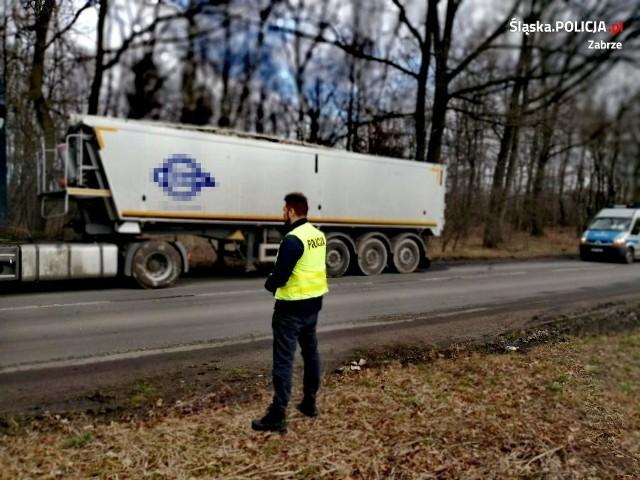 Zabrzańska policja zatrzymała kierowcę ciężarówki, który nielegalnie przewoził odpady. Miały one zostać porzucone na terenie miasta Zobacz kolejne zdjęcia. Przesuwaj zdjęcia w prawo - naciśnij strzałkę lub przycisk NASTĘPNE