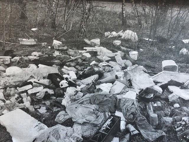 24-latek śmieci, które trzymał na poddaszu posatnowił wywieźć w pole