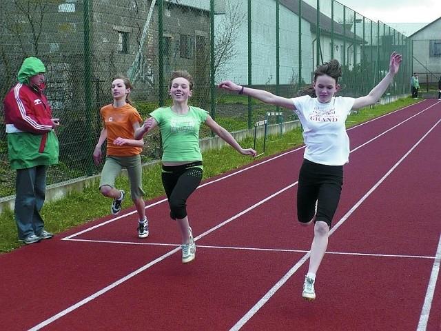 Biegi na 60 metrów zostały rozegrane na boisku Szkoły Podstawowej w Suchowoli.