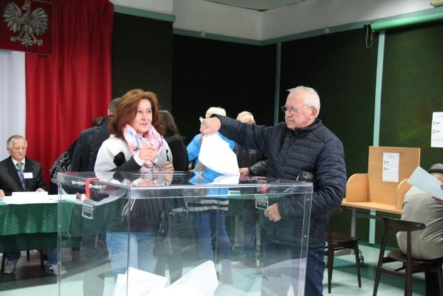 Głosowanie w komisji obwodowej nr 6 na osiedlu Mydlice Południowe