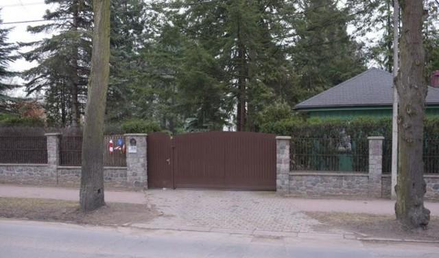 Lech Wałęsa mieszka w willi w gdańskiej dzielnicy Oliwa. Samochodem spod jego domu można w 15 minut dojechać nad morze. W domu znajduje się piękny ogród oraz dwie kondygnacje z piwnicą. Zobaczcie jak mieszka Lech Wałęsa!WIĘCEJ NA KOLEJNYCH STRONACH>>>