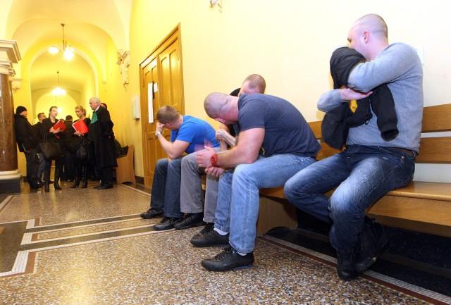 Podczas pierwszej rozprawy (na zdjęciu) pseudokibice nie wyglądali na bardzo przejętych. Po wczorajszym wyroku uśmiech znikł im z twarzy.