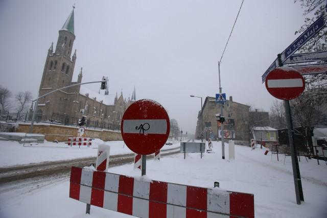 W Chorzowie trwa przebudowa ulicy 3 Maja. Zima utrudnia prace drogowe