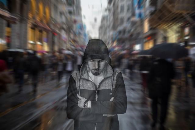 Komenda Główna Policji opracowała raport na temat samobójstw w Polsce w 2020 roku. Kiedy i gdzie dochodzi do nich najczęściej? Z jakich powodów ludzie postanawiają odebrać sobie życie, co piszą w listach pożegnalnych? Przeczytajcie na kolejnych slajdach.