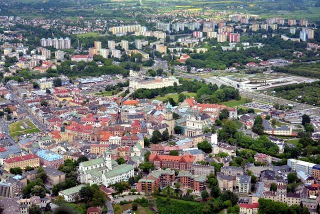 Na koniec 2014 r. Lublin był na 14. miejscu spośród 30 miast pod względem dochodów budżetowych na jednego mieszkańca. Wyprzedzały nas m.in. Olsztyn, Przemyśl i Białystok. Lepiej wypadło województwo, które z kwotą 618 zł na jednego mieszkańca zajmuje trzecią pozycję pod tym względem
