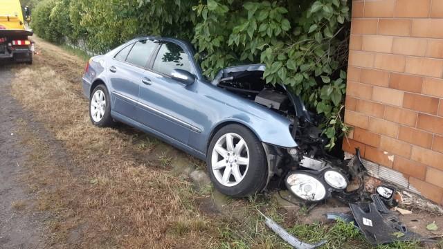 Uderzenie było na tyle silne, że samochód zatrzymał się dopiero na elewacji domu.