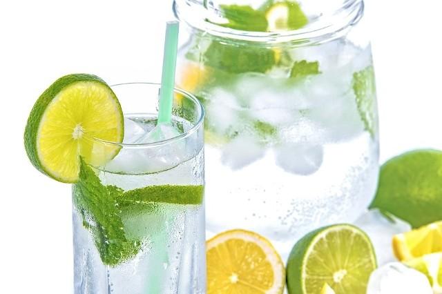 Początkowy etap wyrabiania nawyku picia wody może nie być łatwy, szczególnie jeśli do tego czasu piliśmy jej bardzo mało. Jak przyzwyczaić się do picia wody?