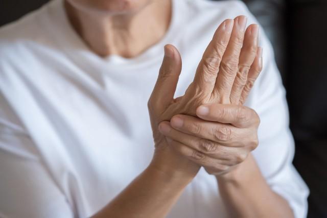 Ból stawów najczęściej dotyczy kolan, bioder, barków, łokci, dłoni i stóp, choć może też występować w obrębie kręgosłupa czy szczęki. U jego źródeł leży stan zapalny, który jest przyczyną objawów towarzyszących, takich jak opuchlizna, zaczerwienienie, rozgrzanie i ograniczenie ruchomości chorego miejsca. Aby go złagodzić, najlepiej sięgnąć po substancje przeciwzapalne, a takie zawarte są nie tylko w lekach, bo również w naturalnych środkach roślinnych! Polecamy 10 najskuteczniejszych ziół i naturalnych składników roślinnych, które pomogą na bolące stawy.