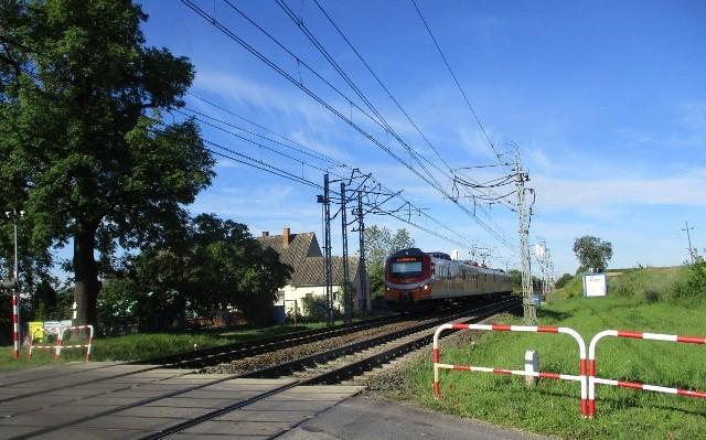 Policjanci skontrolowali na przejeździe kolejowo-drogowym w miejscowości Broniewice 20 pojazdów.