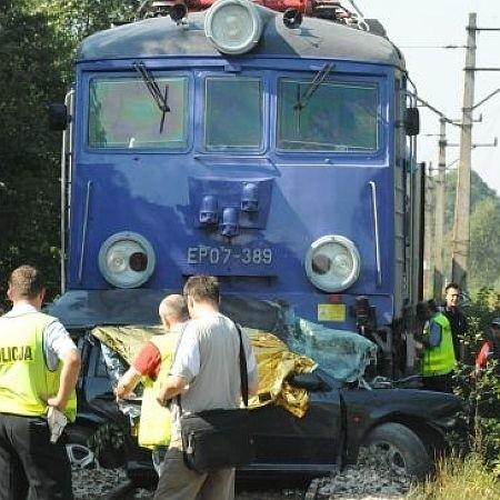 Pociąg, zanim wyhamował, ciągnął samochód przez około 500 metrów.