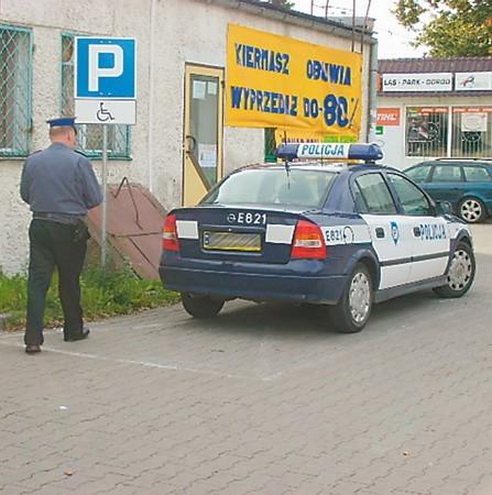 Ten policjant, według przepisów, nie łamie prawa, bo znak nie stoi przy drodze publicznej. Ale...