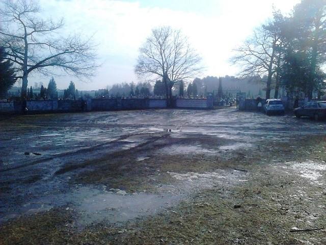 To dojazd do cmentarza farnego od ulic Żyznej i Trawiastej.
