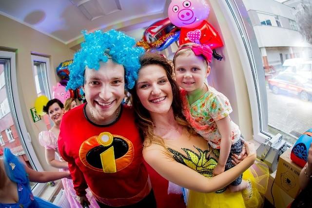 Niezwykły Dzień Dziecka w szpitalnym oddziale onkologii i kardiologii w Białymstoku. Chore dzieci odwiedzili bohaterowie bajek Disneya.