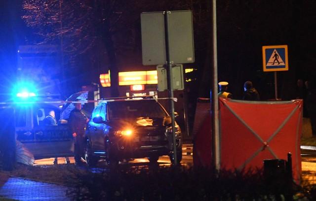 Do tragicznego wypadku doszło w niedzielę, 23 lutego, na ul. Gorzowskiej w Kostrzynie nad Odrą. Z ustaleń policji wynika, że 51-letnia kobieta, prowadząca samochód marki mitsubishi, potrąciła pieszą. Kobieta zginęła na miejscu.O tym wydarzeniu poinformowało nas równocześnie kilkoro mieszkańców Kostrzyna nad Odrą. Do wypadku doszło na ul. Gorzowskiej, w rejonie skrzyżowania z ul. Osiedlową około godziny 17. W tym czasie w Kostrzynie padał deszcz i panował już mrok. Samochód marki mitsubishi jechał od strony Gorzowa Wlkp. - Do potrącenia doszło na przejściu dla pieszych lub między przejściami. To ustalą policjanci. W rejonie miejsca zdarzenia są bowiem dwa przejścia dla pieszych - mówi sierż. szt. Mateusz Sławek z zespołu prasowego Komendy Wojewódzkiej Policji w Gorzowie Wlkp.Policjanci ustalają szczegóły wypadku pod nadzorem prokuratora. - Gorzowska to chyba jedna z najniebezpieczniejszych ulic w mieście. Przecież dokładnie w tym samym miejscu już były śmiertelne potrącenia. Do wypadków dochodzi tu nawet kilka razy w roku - mówią okoliczni mieszkańcy. Uważają, że przejścia powinny być lepiej oznakowane, lepiej oświetlone, powinno być też ograniczenie prędkości.Po wypadku część ul. Gorzowskiej została wyłączona z ruchu przez policjantów. Kierowcy byli kierowani na obiazcy. Polecamy wideo: Gorzów Wlkp. Brutalny napad na kobietę. Dwóch mężczyzn napadło na 56-latkę na przystanku autobusowym.