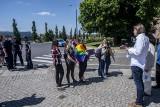 """Boże Ciało 2021 w Poznaniu: Zbierano podpisy pod projektem ustawy """"Stop LGBT"""". Przed katedrą pojawiły się aktywistki z tęczowymi flagami"""