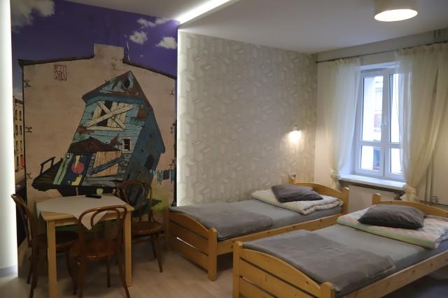 Skończył się generalny remont filii Szkolnego Schroniska Młodzieżowego przy ul. Zamenhofa 13 w Łodzi.  Teraz młodzi turyści przyjeżdżający do Łodzi mogą wypocząć tanio w komfortowych warunkach.ZOBACZ JAK WYGLĄDA SCHRONISKO PO REMONCIE >>>>