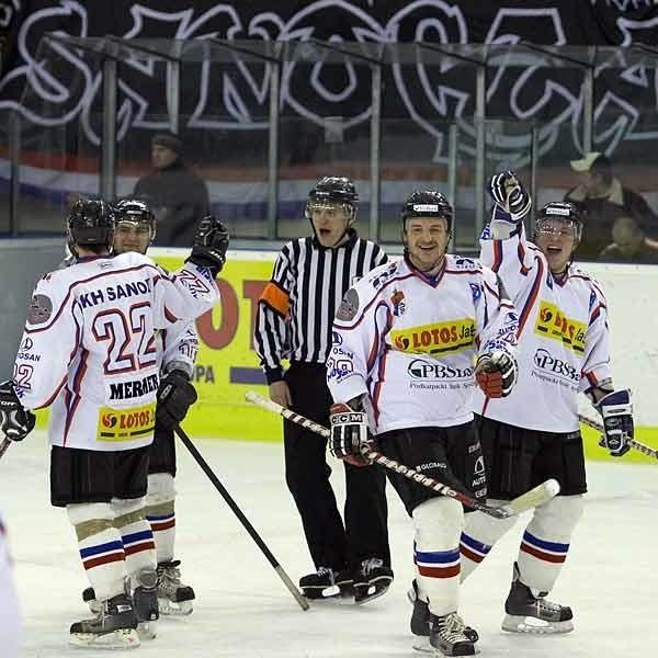 Część zawodników KH Sanok już podpisało umowy z klubem, a inni jeszcze czekają. To może być radosny sezon dla naszego hokeja.