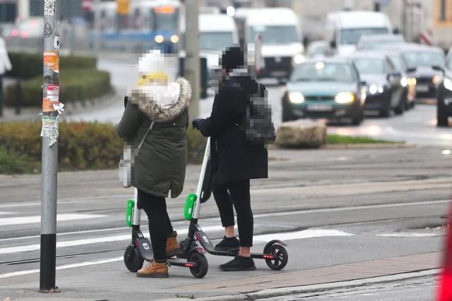 Po wielu miesiącach oczekiwania rząd przyjął przepisy mające uregulować poruszanie się po polskich miastach elektrycznymi hulajnogami. Dotąd formalnie takie urządzenia w przepisach nie istniały, jadące na nich osoby były więc z punktu widzenia przepisów pieszymi. Teraz jadąc hulajnogą elektryczną, będziemy musieli przestrzegać określonych zasad. Jakich? Zobacz na kolejnych slajdach - posługuj się klawiszami strzałek, myszką lub gestami.